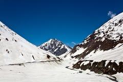 Un paisaje en el paso de Zojila en la altura de 3529 metros, carretera de Leh-Srinagar, Ladakh, la India imagenes de archivo