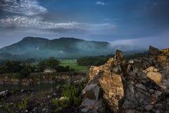 Un paisaje está en su mejor cuando una montaña viene en ella foto de archivo