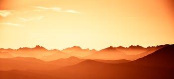 Un paisaje hermoso, colorido, abstracto de la montaña en una tonalidad roja imágenes de archivo libres de regalías