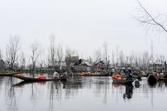 Un paisaje hermoso con los barcos llamó el ` de Shakira del ` cerca del lago en Cachemira la India imagenes de archivo