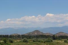 Un paisaje increíble que incluye un volcán, el macizo de Kojuh, el río de Strumeshnitsa, el campo al sudoeste en Bulgaria y Fotografía de archivo