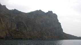 Un paisaje marino costero con las rocas metrajes