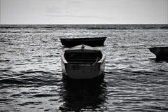 Un paisaje marino de una canoa fotos de archivo