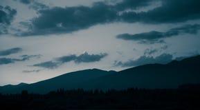 Un paisaje monocromático hermoso, abstracto de la montaña en tonalidad azul imágenes de archivo libres de regalías