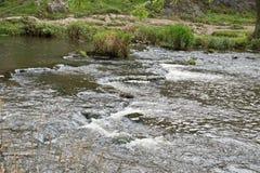 Un paisaje montañoso en Staffordshire, Inglaterra con un río como punto focal Foto de archivo
