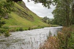 Un paisaje montañoso en Staffordshire, Inglaterra con un río como punto focal Fotografía de archivo