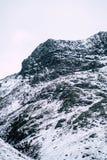 Un paisaje nevoso dramático de la montaña fotos de archivo libres de regalías