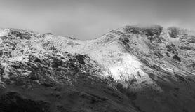 Un paisaje nevoso dram?tico de la monta?a imágenes de archivo libres de regalías