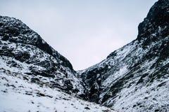 Un paisaje nevoso dram?tico de la monta?a fotos de archivo