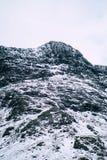 Un paisaje nevoso dram?tico de la monta?a fotografía de archivo