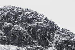 Un paisaje nevoso dram?tico de la monta?a imagenes de archivo