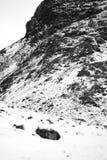 Un paisaje nevoso dram?tico de la monta?a imagen de archivo libre de regalías