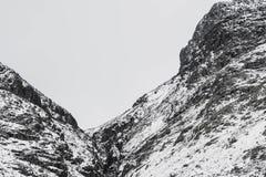 Un paisaje nevoso dram?tico de la monta?a fotos de archivo libres de regalías