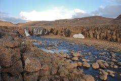 Un paisaje rocoso con una cascada. Imagen de archivo