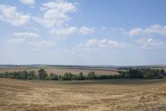 Un paisaje rural con los campos después de cosechar Imagen de archivo libre de regalías