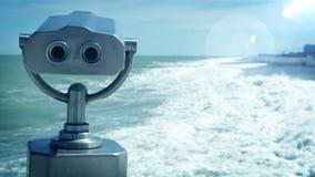 Un paisaje tempestuoso del mar de la primavera temprana con el telescopio turístico almacen de metraje de vídeo