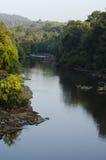 Un paisaje tiró de un río que pasaba a través de un bosque Fotografía de archivo