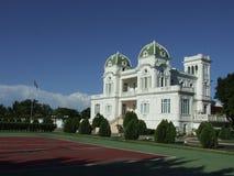 Un palacio con el campo del tenis Fotos de archivo libres de regalías