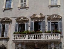 Un palacio con las flores en el viejo centro de Verona Imagen de archivo