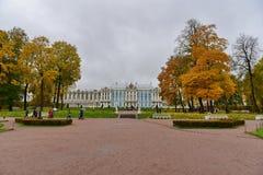 Un palais dans la forêt jaune images libres de droits