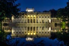 Un palais de Neoclassicist par nuit Photographie stock libre de droits