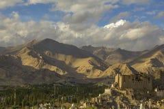 Un palais tibétain antique dans la ville de montagne images libres de droits