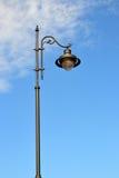 Un palo del lampione con una lampada Fotografia Stock Libera da Diritti