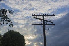 Un palo di telegrafo con i cavi lacerati Fotografie Stock