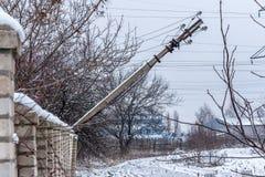 Un palo elettrico caduto sui donbass fotografie stock libere da diritti