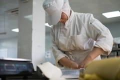 Un panadero de sexo femenino Cutting Pie Crust fotos de archivo