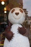 Un panda del cioccolato è stato installato nella finestra del negozio di un forno in Vendome (Francia) Immagine Stock