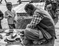 Un pandit sta aspettando il jajman al suo negozio fotografia stock