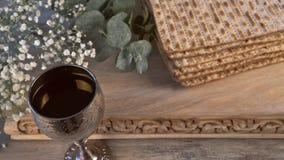 Un pane ebreo del Matzah con vino Concetto di festa di pesach archivi video