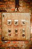 Un panel de control oxidado viejo en la pared Foto de archivo libre de regalías
