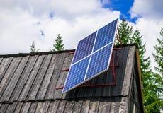 Un panel solar en un pueblo de montaña remoto Fotos de archivo