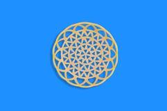 Un panier beige en plastique circulaire vide au centre de la table bleue photo stock