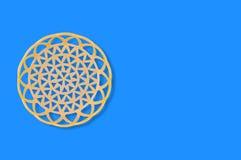 Un panier beige en plastique circulaire vide sur la table bleue copiez l'espace pour votre texte photos libres de droits