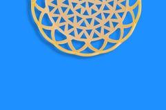 Un panier beige en plastique circulaire vide sur la table bleue copiez l'espace pour votre texte photo libre de droits