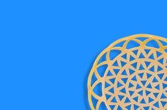 Un panier beige en plastique circulaire vide sur la table bleue copiez l'espace pour votre texte photographie stock libre de droits