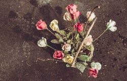 Un panier délabré artificiel de fleur Photographie stock libre de droits