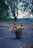 Un panier délabré artificiel de fleur Photos stock