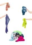Un panier de blanchisserie complètement des vêtements sales prêts à être lavé pendant image libre de droits