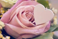 Un panier de fleur et un coeur en bois Image libre de droits