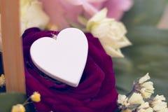 Un panier de fleur et un coeur en bois Photos libres de droits