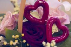Un panier de fleur et des coeurs rouges Photos libres de droits