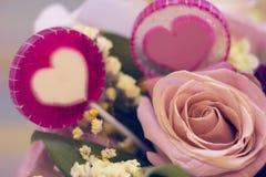 Un panier de fleur et sucreries de lolipop Images stock