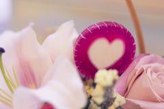 Un panier de fleur et sucreries de lolipop Images libres de droits
