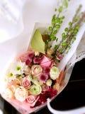 Un panier des fleurs Photos stock