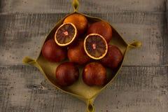 Un panier des oranges rouges Photographie stock