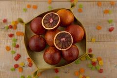 Un panier des oranges rouges Images stock